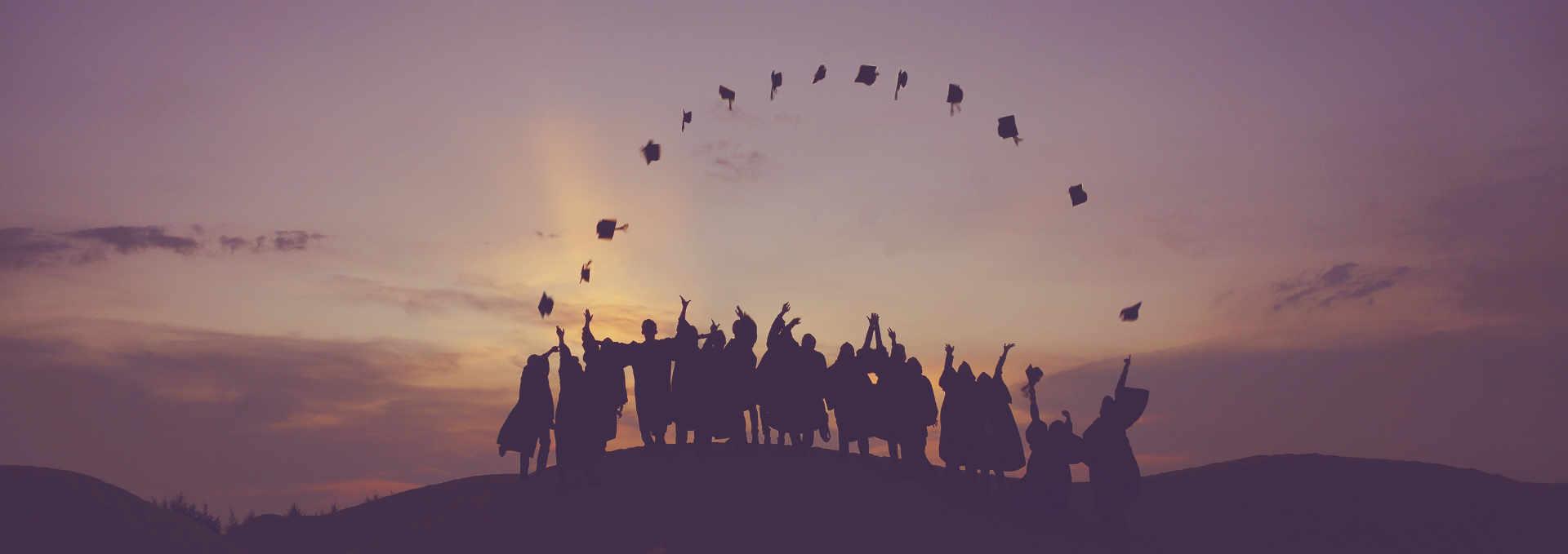 Innoviduum Mission Potential Verwirklichen, junge Menschen auf Hügel feiern Erfolg