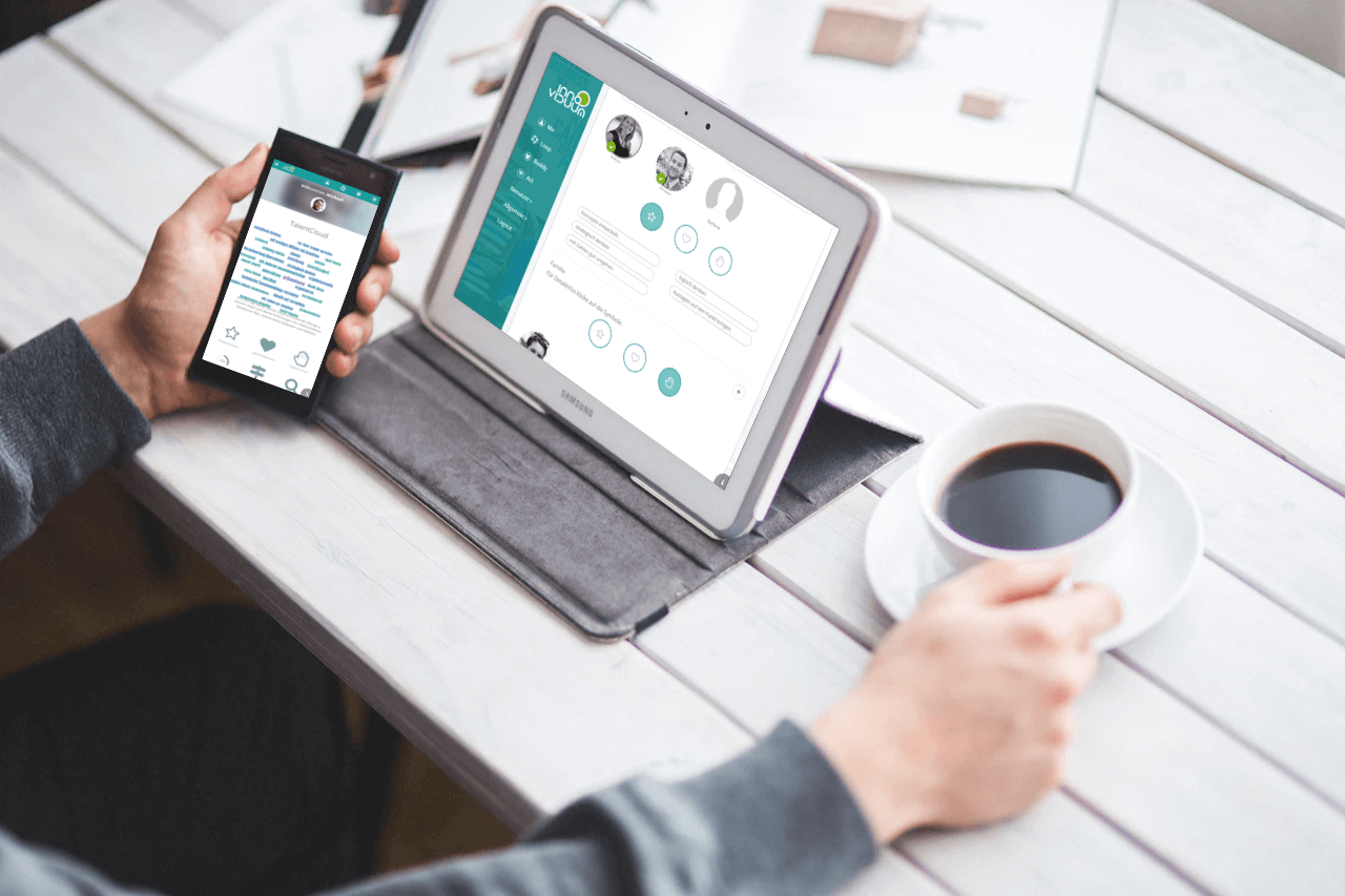 Mann mit Smartphone und Laptop analyisert das 360 Grad Feedback von seinen Buddies in TalentLoop