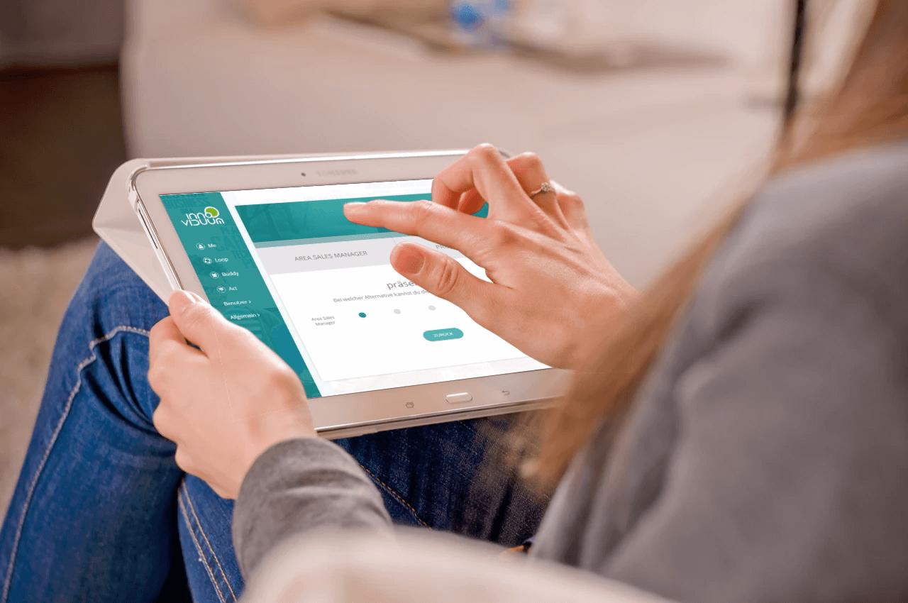 Frau nutzt TalentLoop Entscheidungshilfe auf Tablet