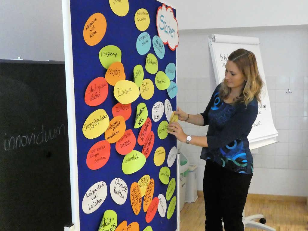 Anna Pollhamer mit Stärken Karten der Lehrlinge