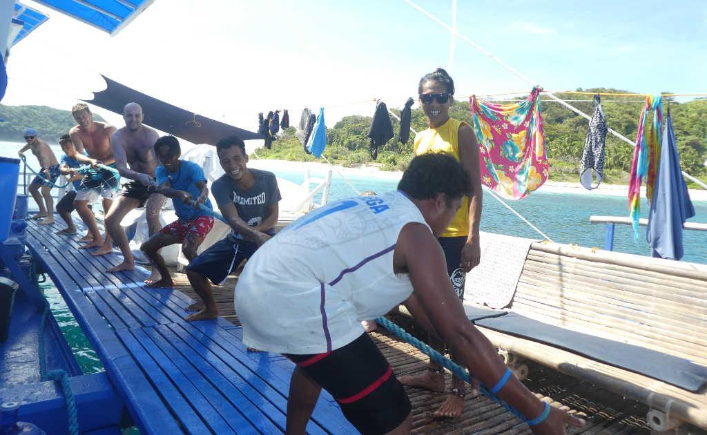 Stärken im Team nutzen am Boot beim Seilziehen