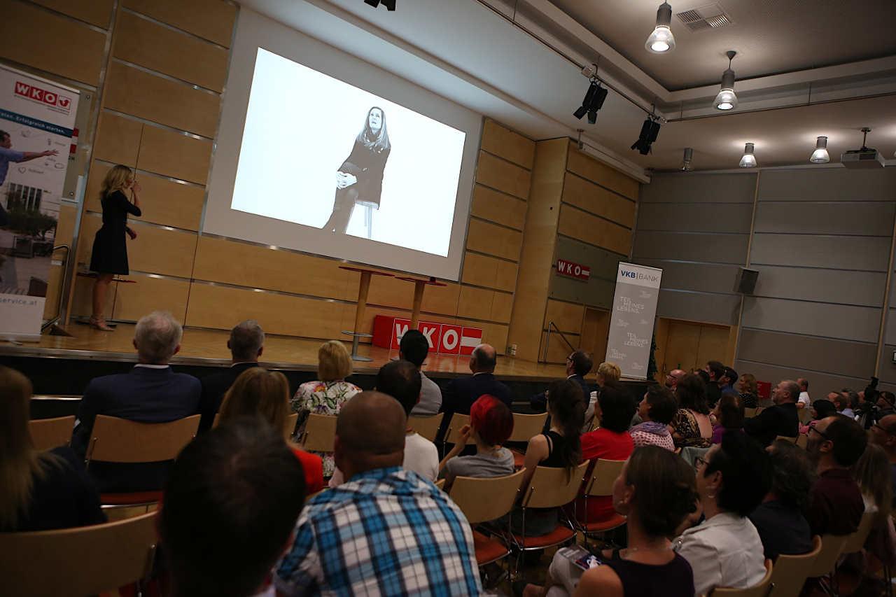 Innoviduum Film auf Bühne gezeigt Szene2
