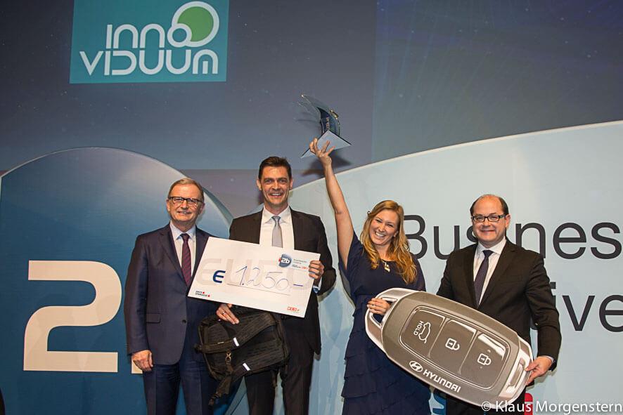 Markus und Anna Pollhamer von Innoviduum bei Übergabe des i2b Award 2018