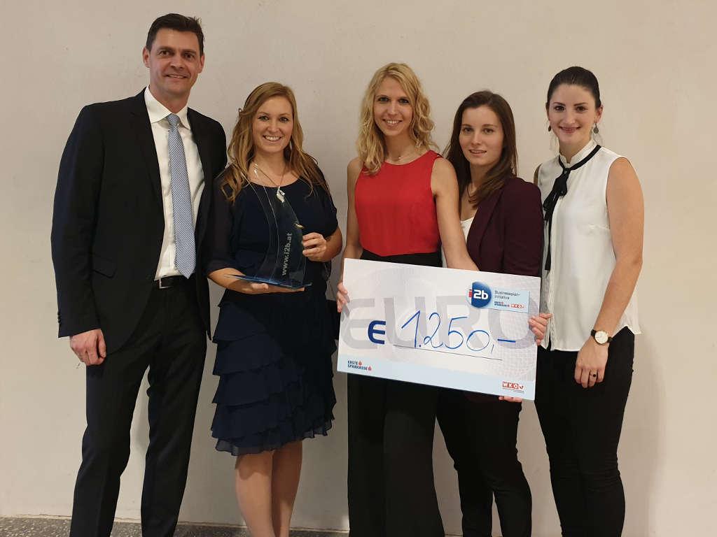 Scheck und Trophäe Gewinn i2b Award